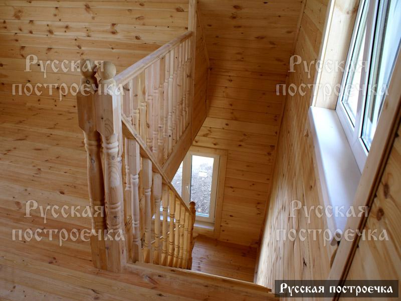 Лестница в брусовом доме на второй этаж